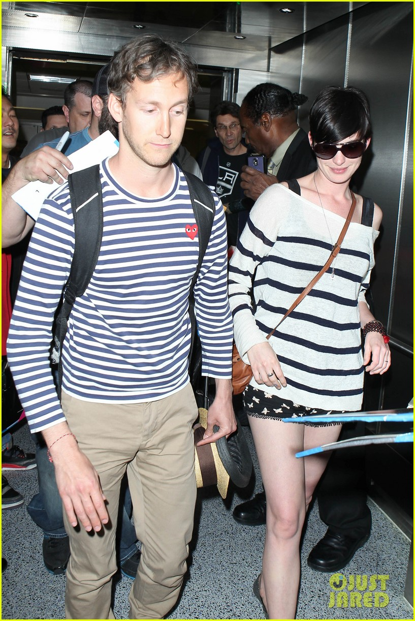 anne hathaway greets mob of fans at lax 253031936