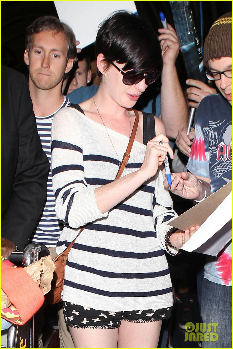 anne hathaway greets mob of fans at lax 263031937