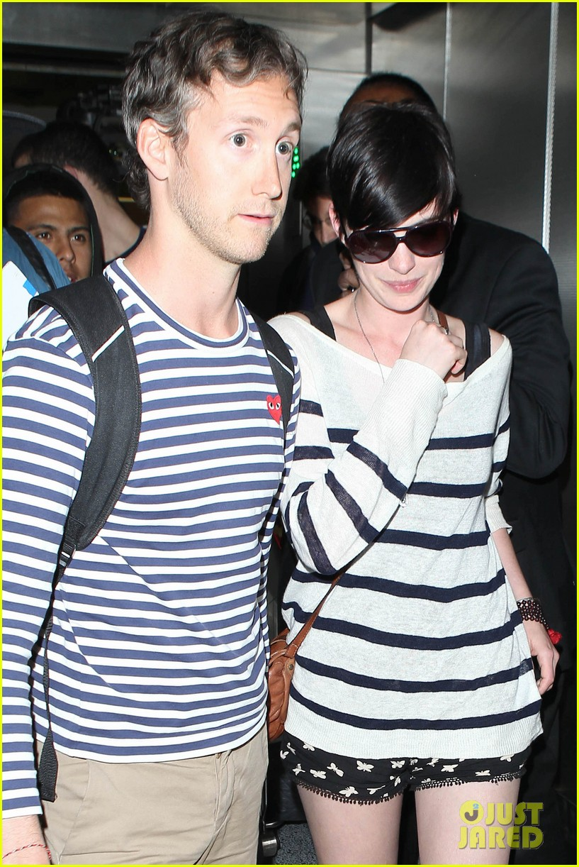 anne hathaway greets mob of fans at lax 293031940
