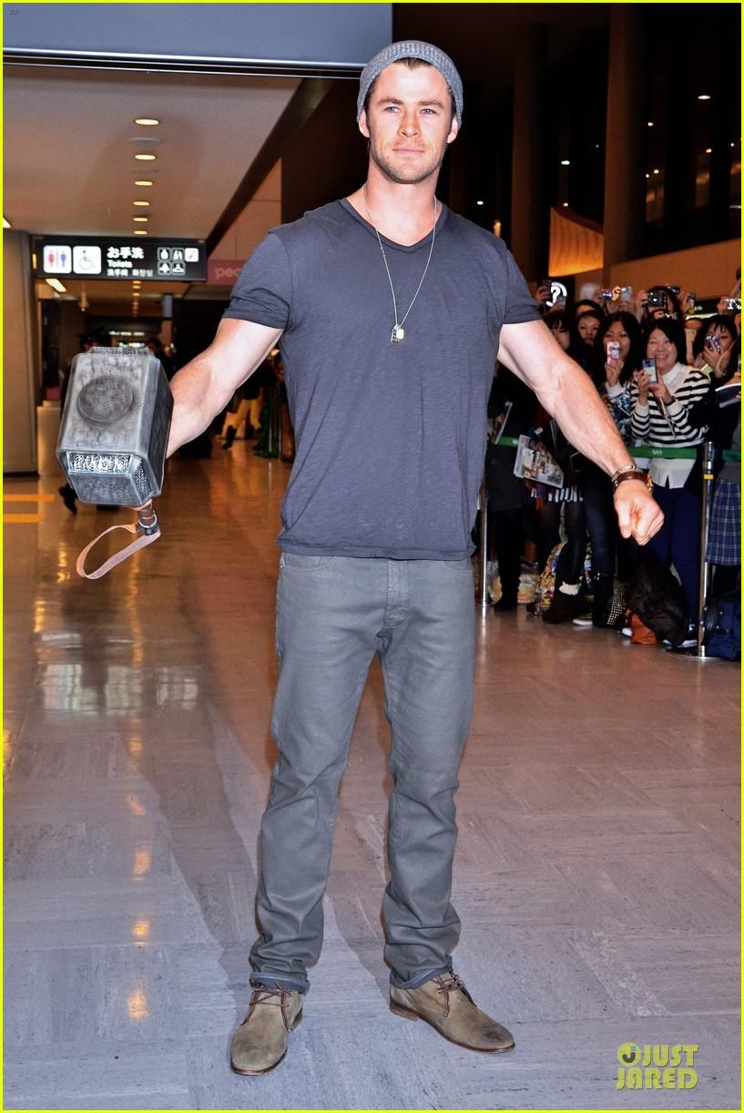 chris hemsworth carries thor hammer at narita airport 013039889