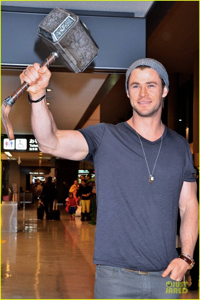 chris hemsworth carries thor hammer at narita airport 033039891
