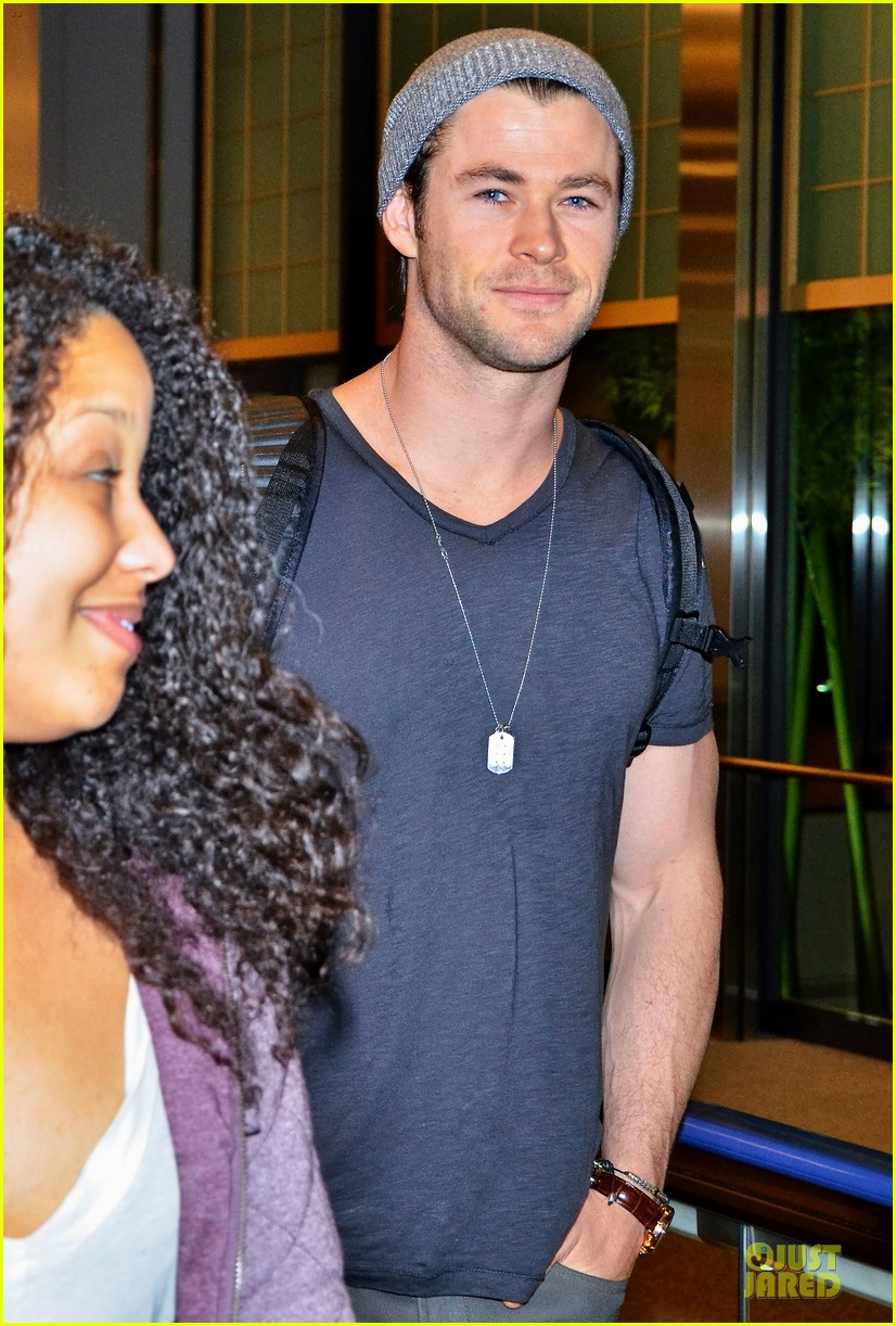 chris hemsworth carries thor hammer at narita airport 043039892