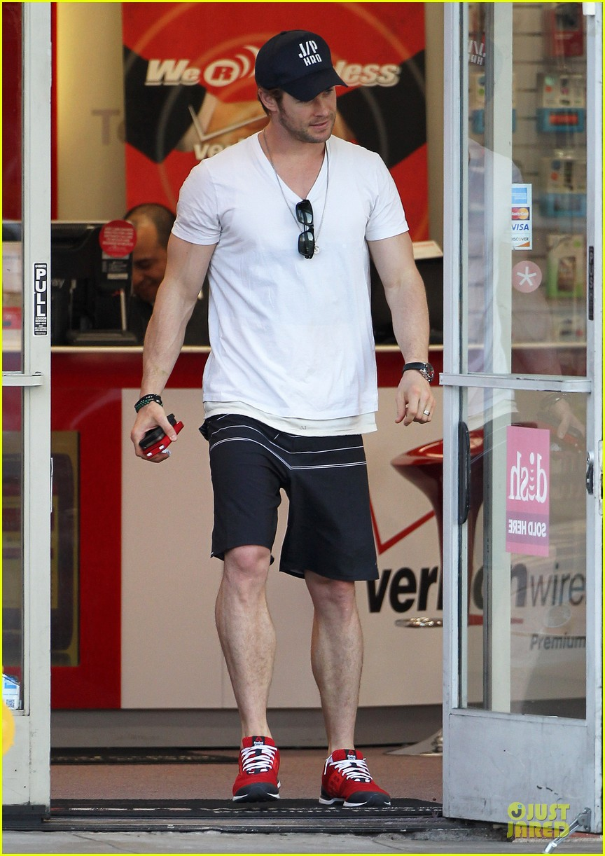 chris hemsworth elsa pataky separate outings after twins news 013034087
