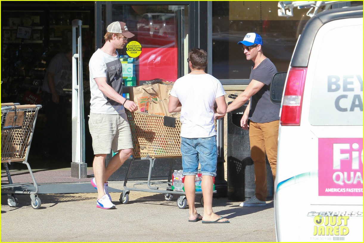 chris hemsworth pavilions grocery outing 103024330