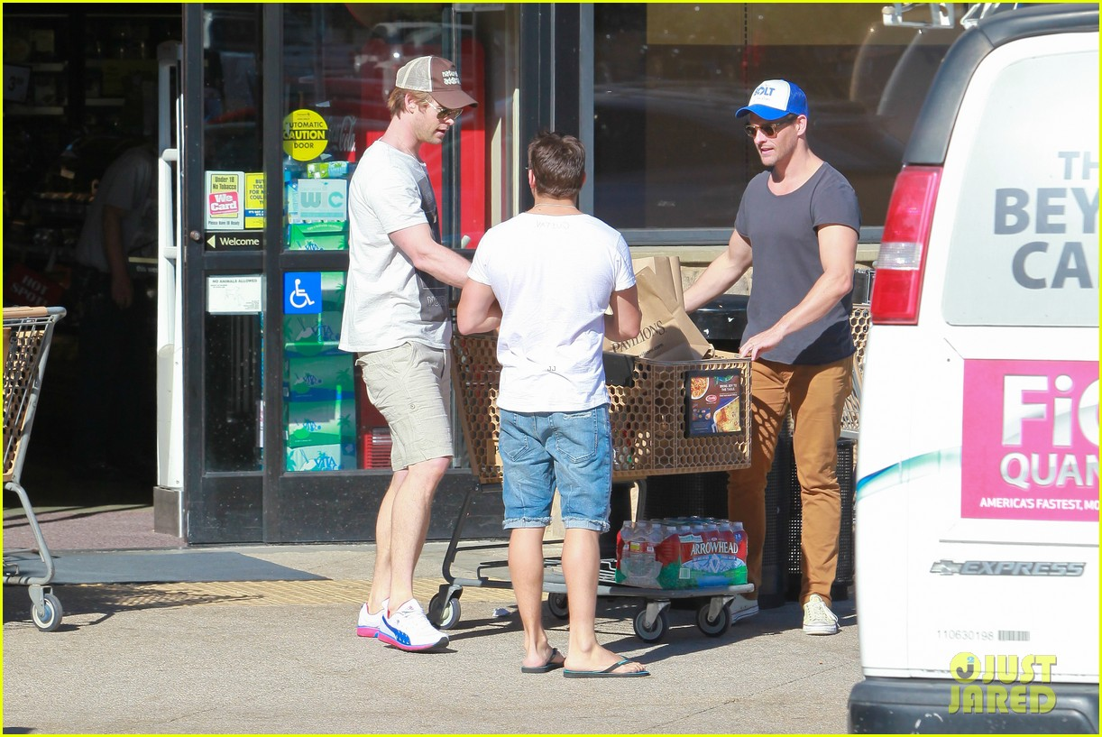 chris hemsworth pavilions grocery outing 123024332