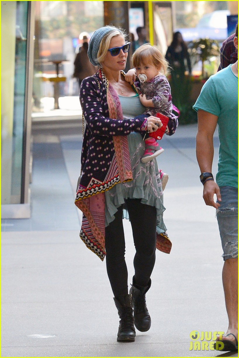 chris hemsworth true food lunch with elsa pataky india 023025905