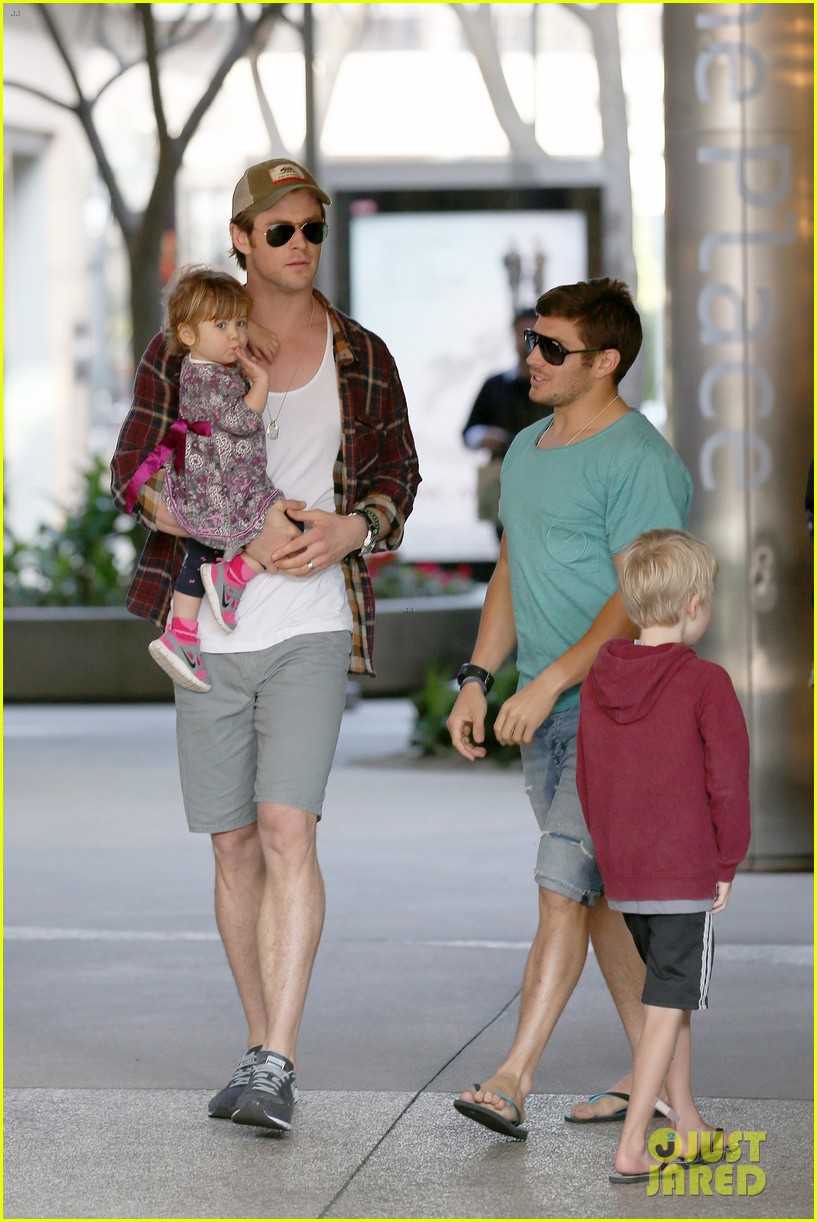 chris hemsworth true food lunch with elsa pataky india 043025907