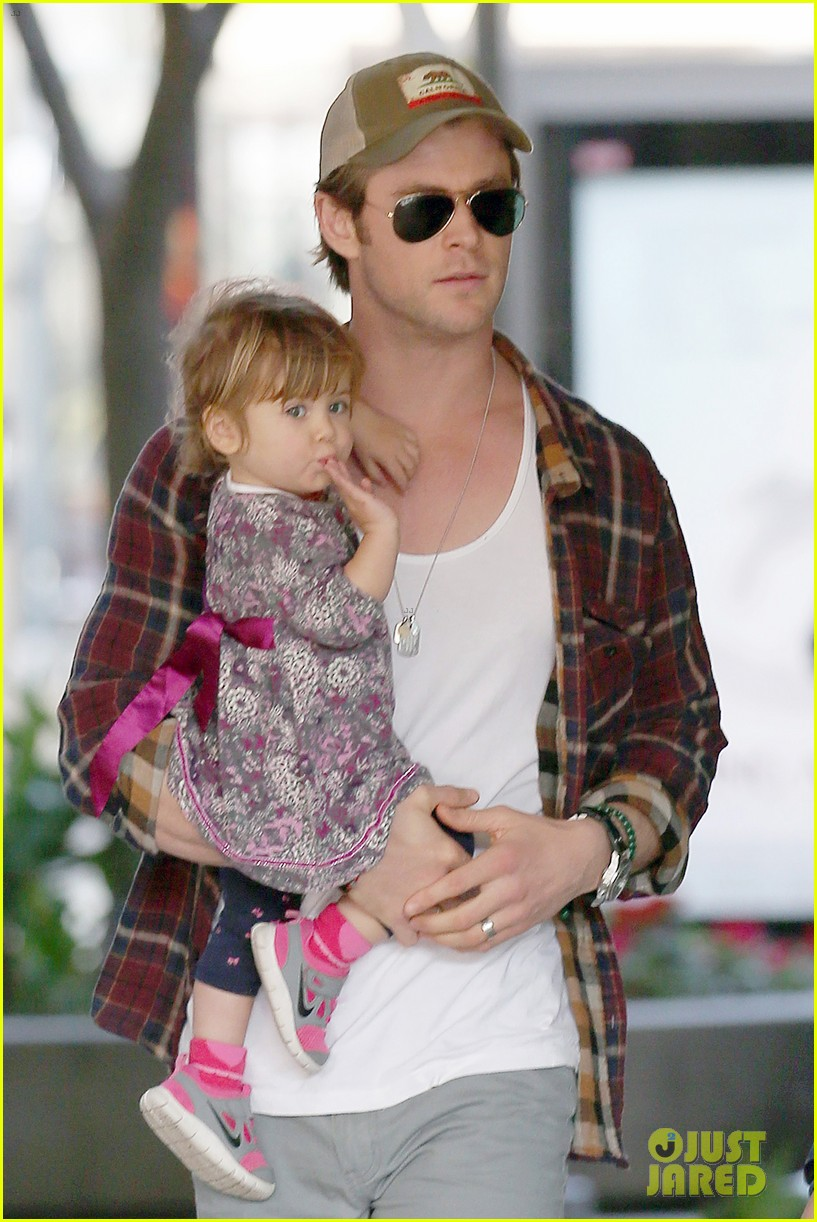 chris hemsworth true food lunch with elsa pataky india 113025914