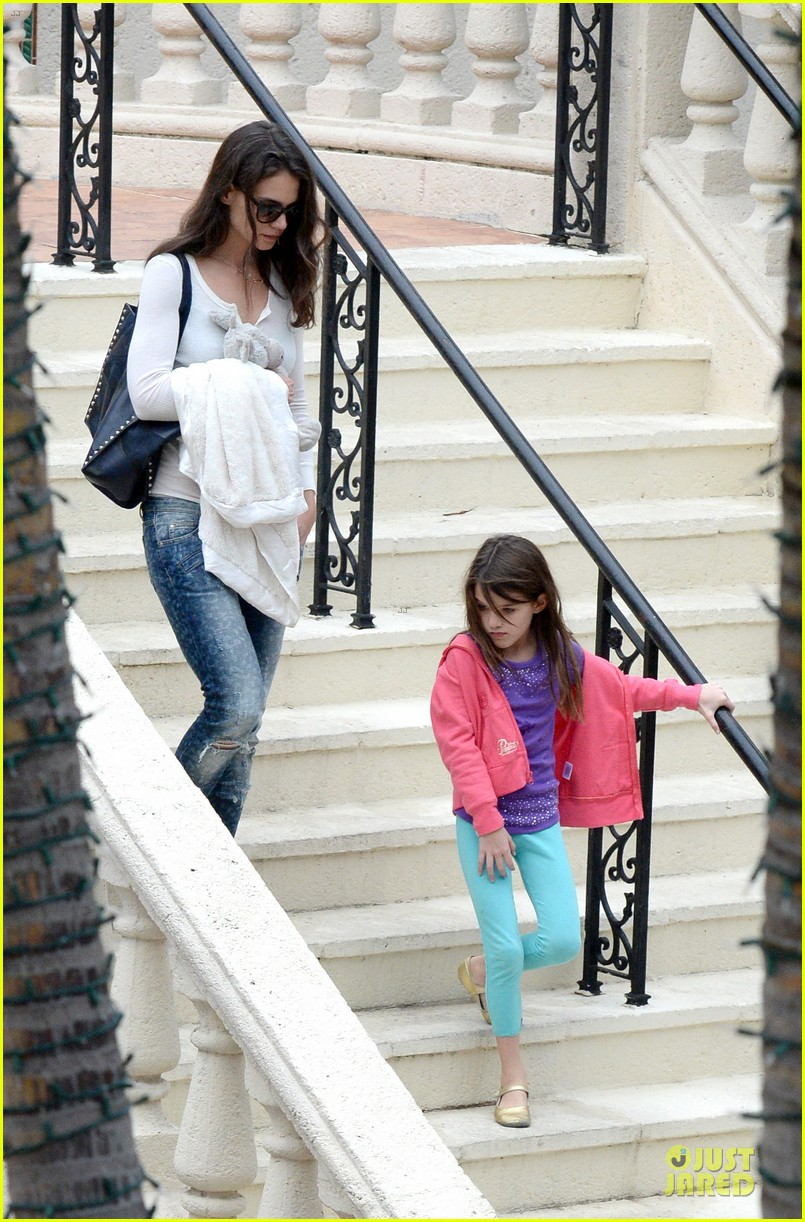 katie holmes suri continue miami vacation with movie day 013022668