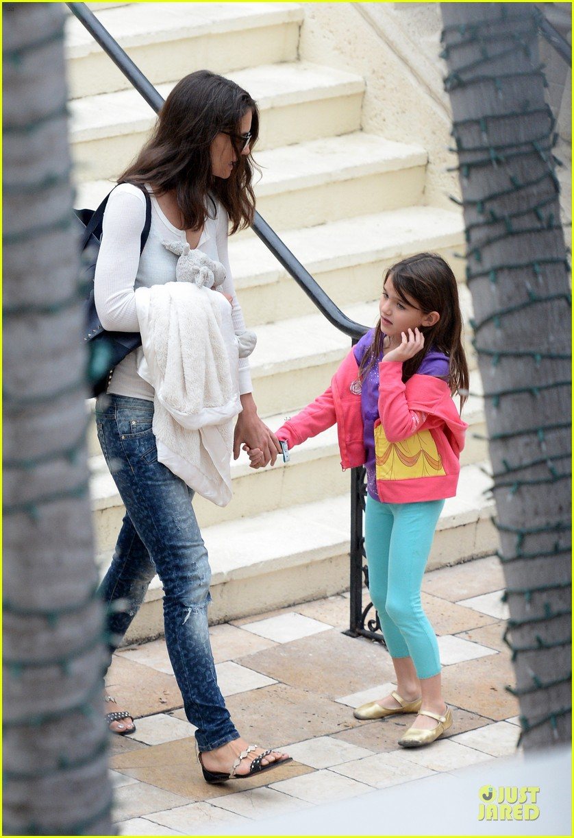katie holmes suri continue miami vacation with movie day 033022670