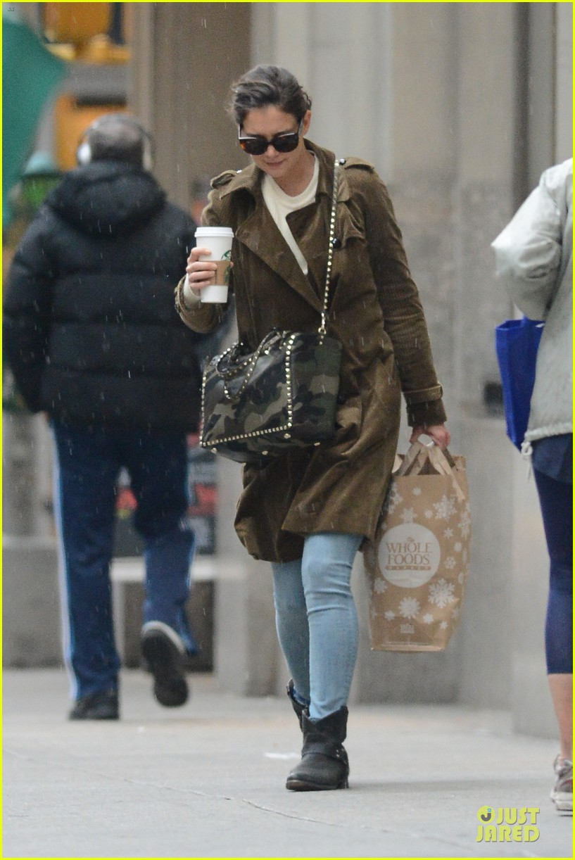 katie holmes braves weekend rain with starbucks coffee 013034264