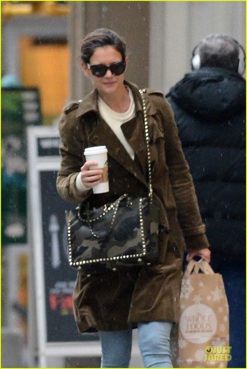 katie holmes braves weekend rain with starbucks coffee 02
