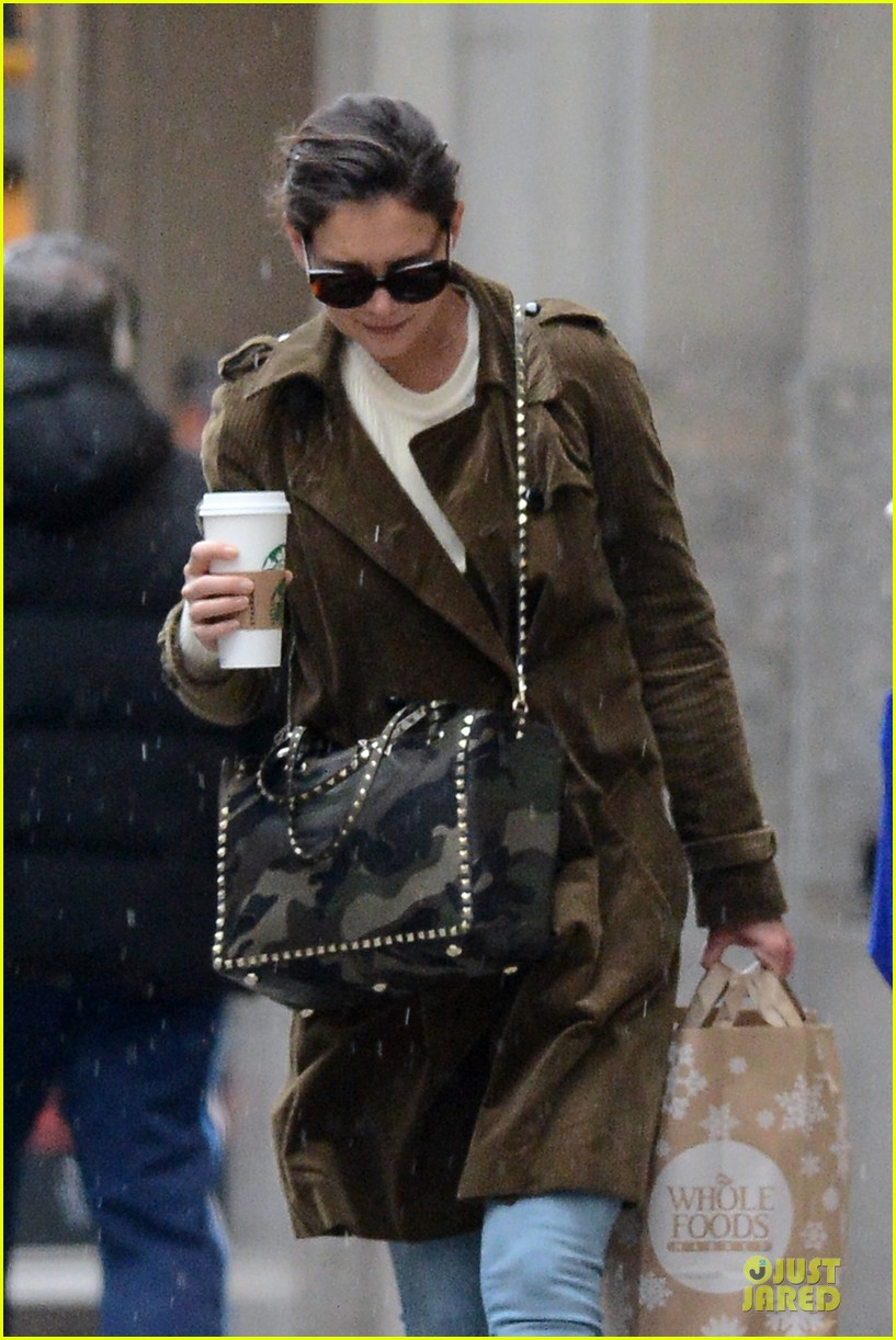 katie holmes braves weekend rain with starbucks coffee 063034269