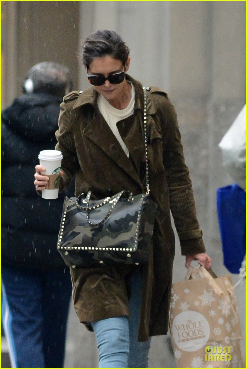 katie holmes braves weekend rain with starbucks coffee 073034270