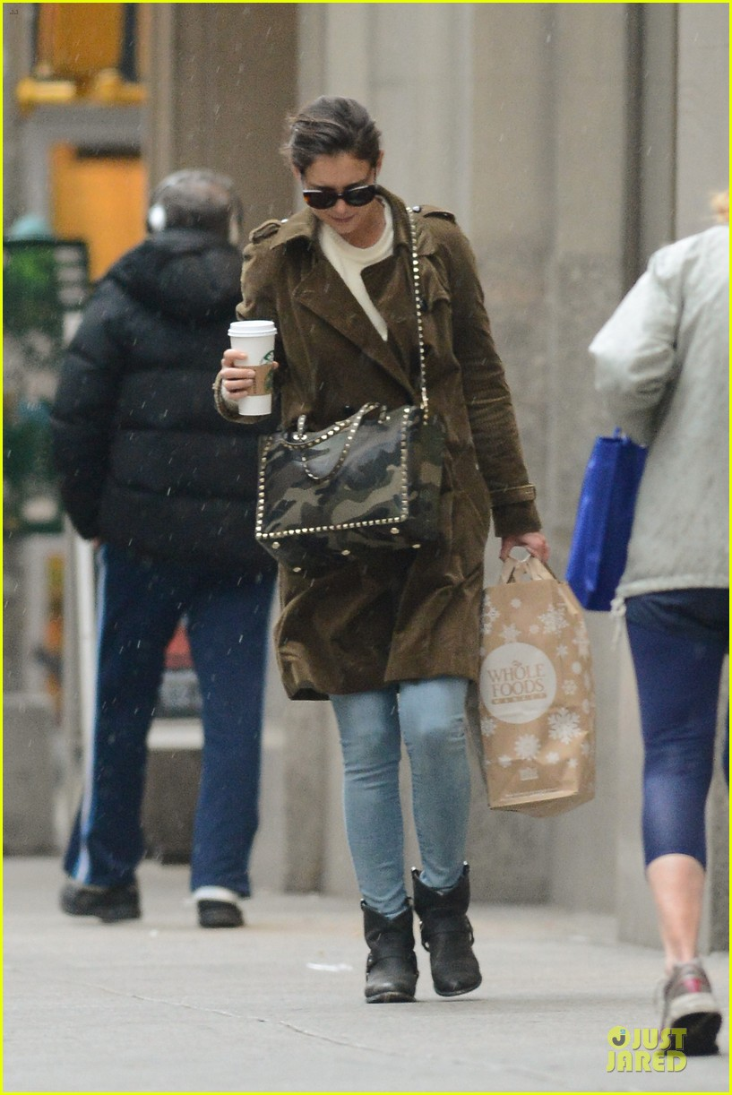 katie holmes braves weekend rain with starbucks coffee 103034273