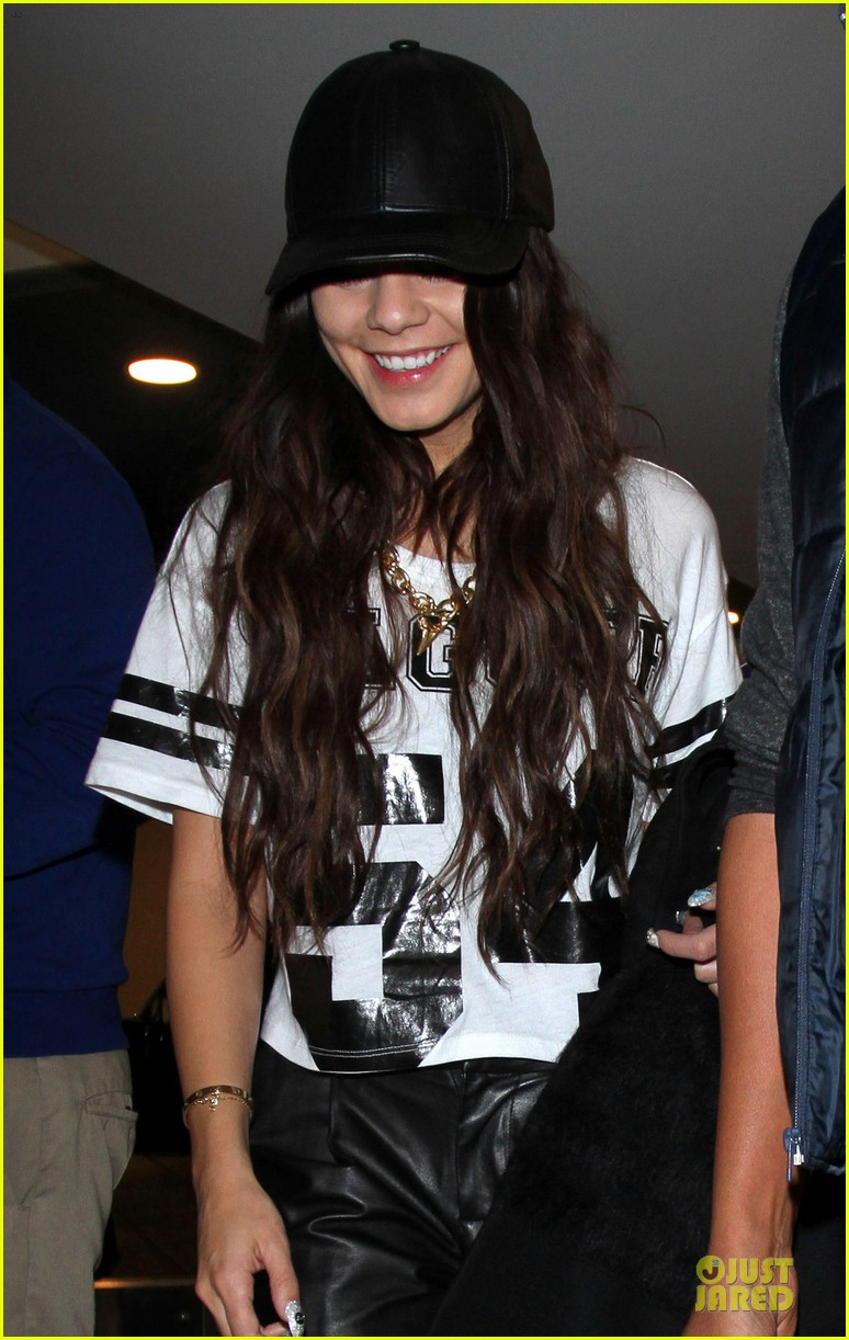 vanessa hudgens lax arrival after atlanta cnn stop 043027699