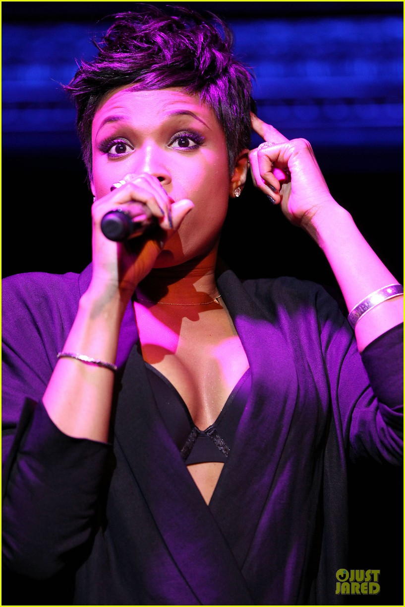 jennifer hudson flaunts black bra at carnival live performance 123037956