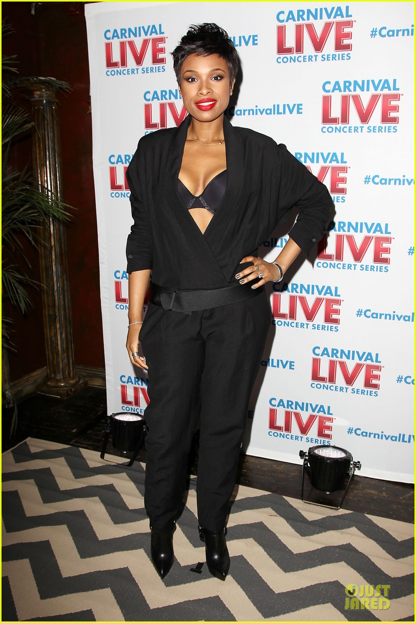 jennifer hudson flaunts black bra at carnival live performance 183037962