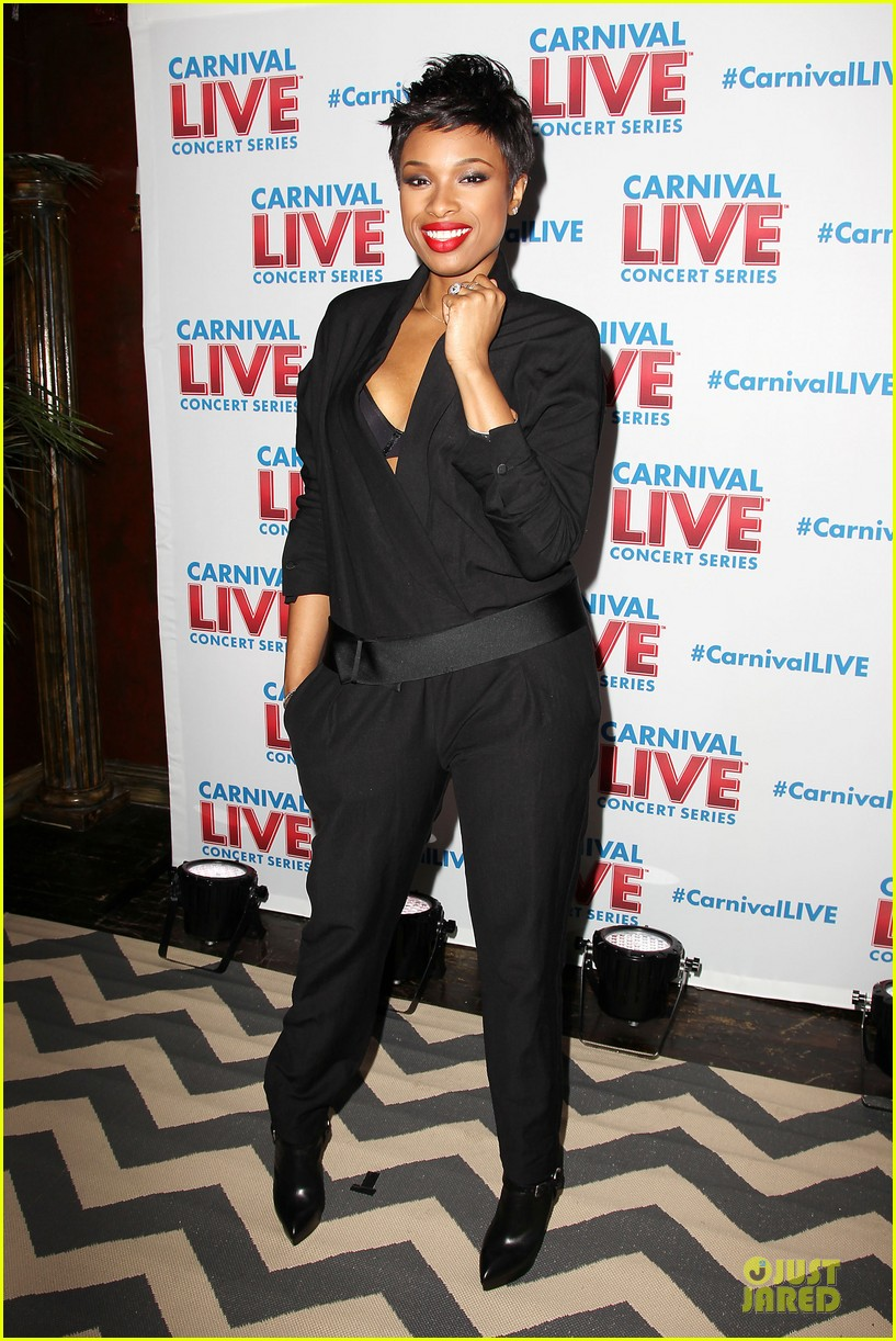 jennifer hudson flaunts black bra at carnival live performance 253037969