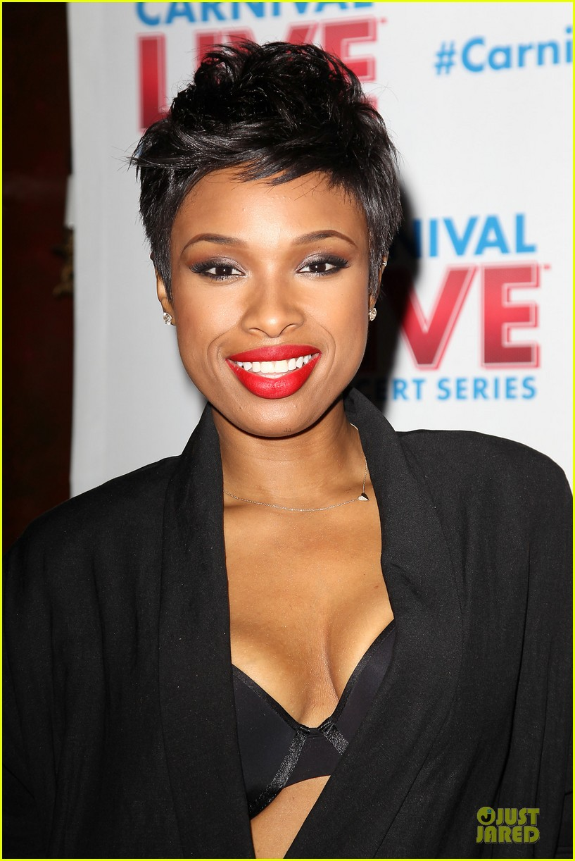 jennifer hudson flaunts black bra at carnival live performance 27