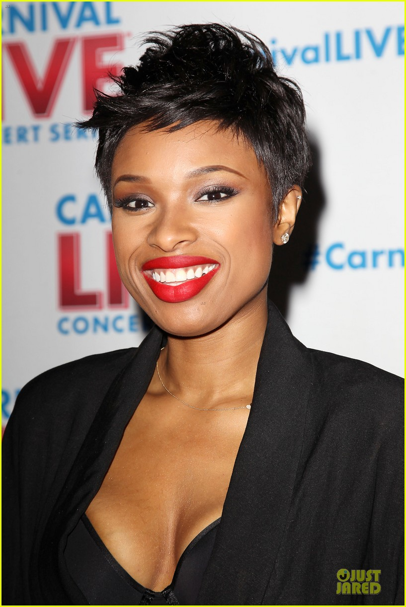 jennifer hudson flaunts black bra at carnival live performance 283037972
