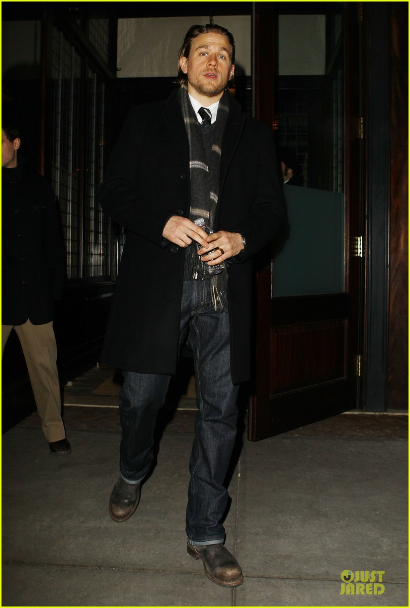 charlie hunnam braves the cold in new york city 013043114
