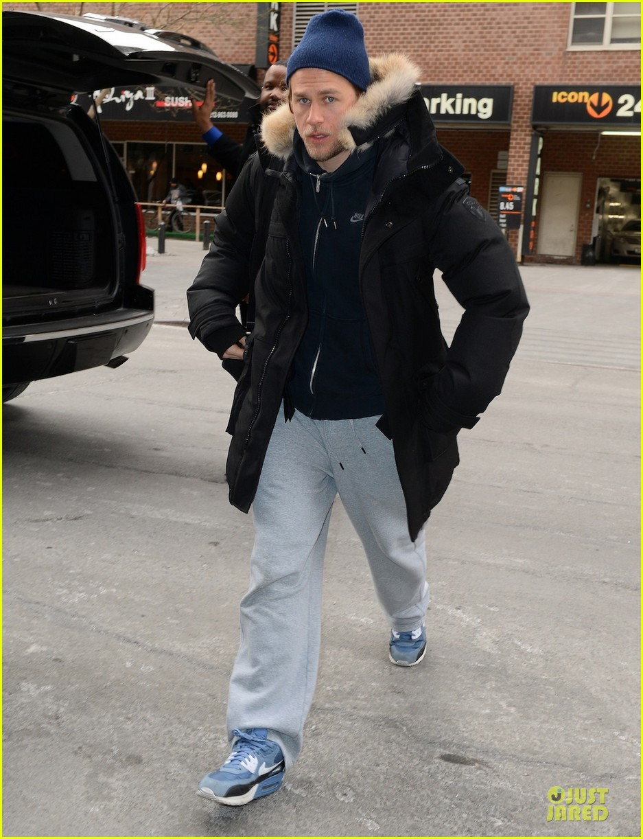 charlie hunnam braves the cold in new york city 053043118