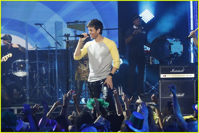 enrique iglesias pumps up the crowd on new years eve 2014 033020873