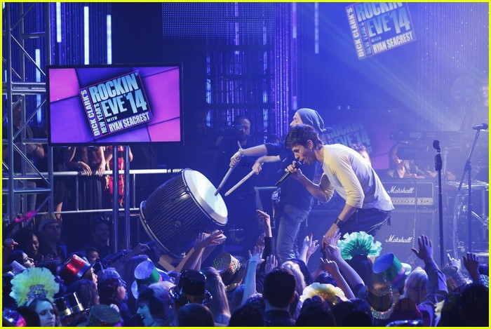 enrique iglesias pumps up the crowd on new years eve 2014 073020877