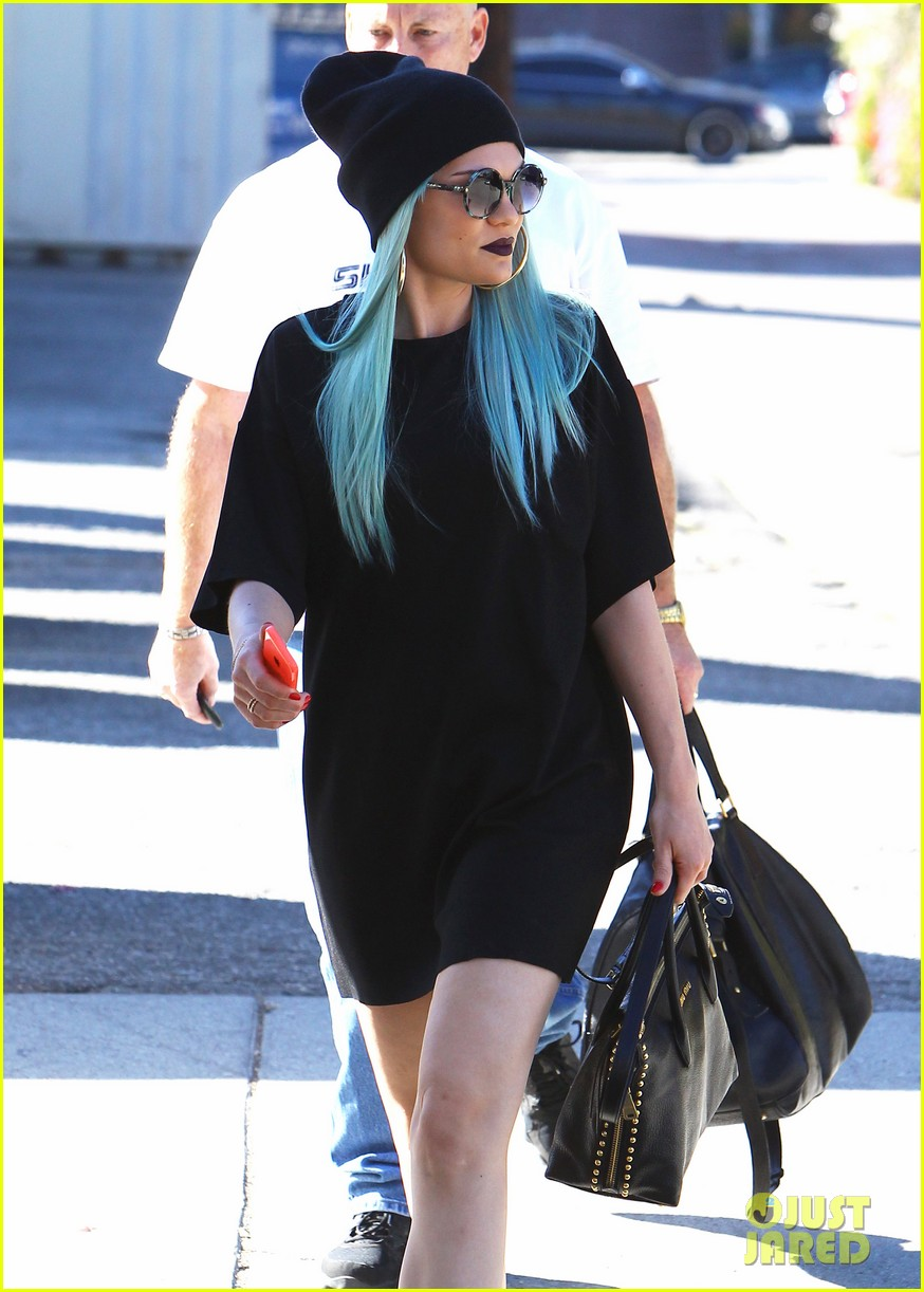 jessie j rocks blue hair while spending time in la 16