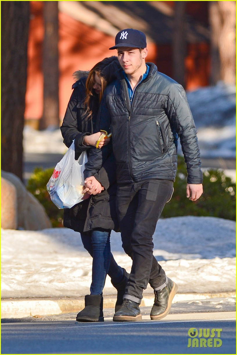 nick jonas olivia culpo hold hands in chilly mammoth 14