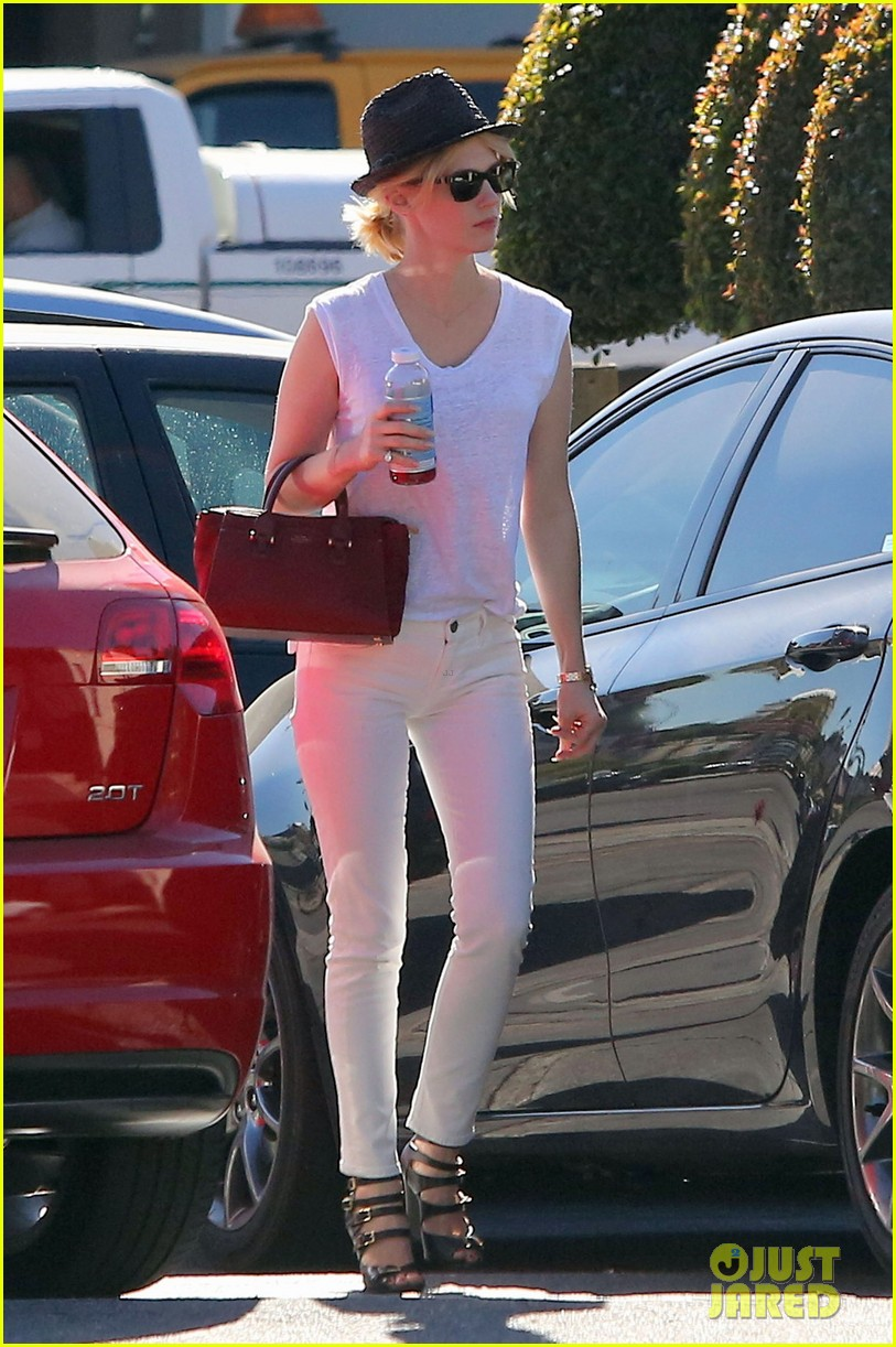 january jones vision in white for shopping trip 063032601