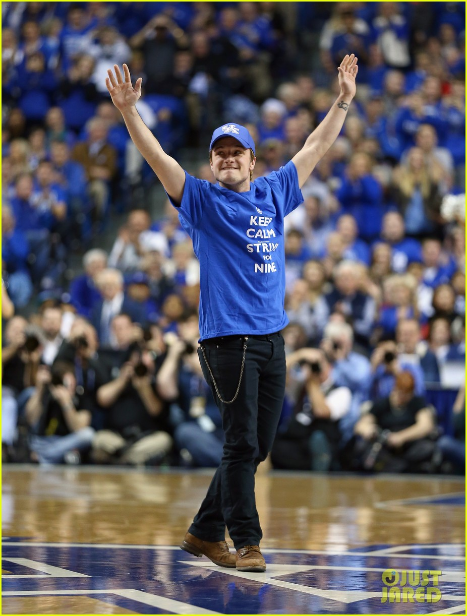 josh hutcherson gets greeted with district 12 salute at kentucky wildcats game 023021005