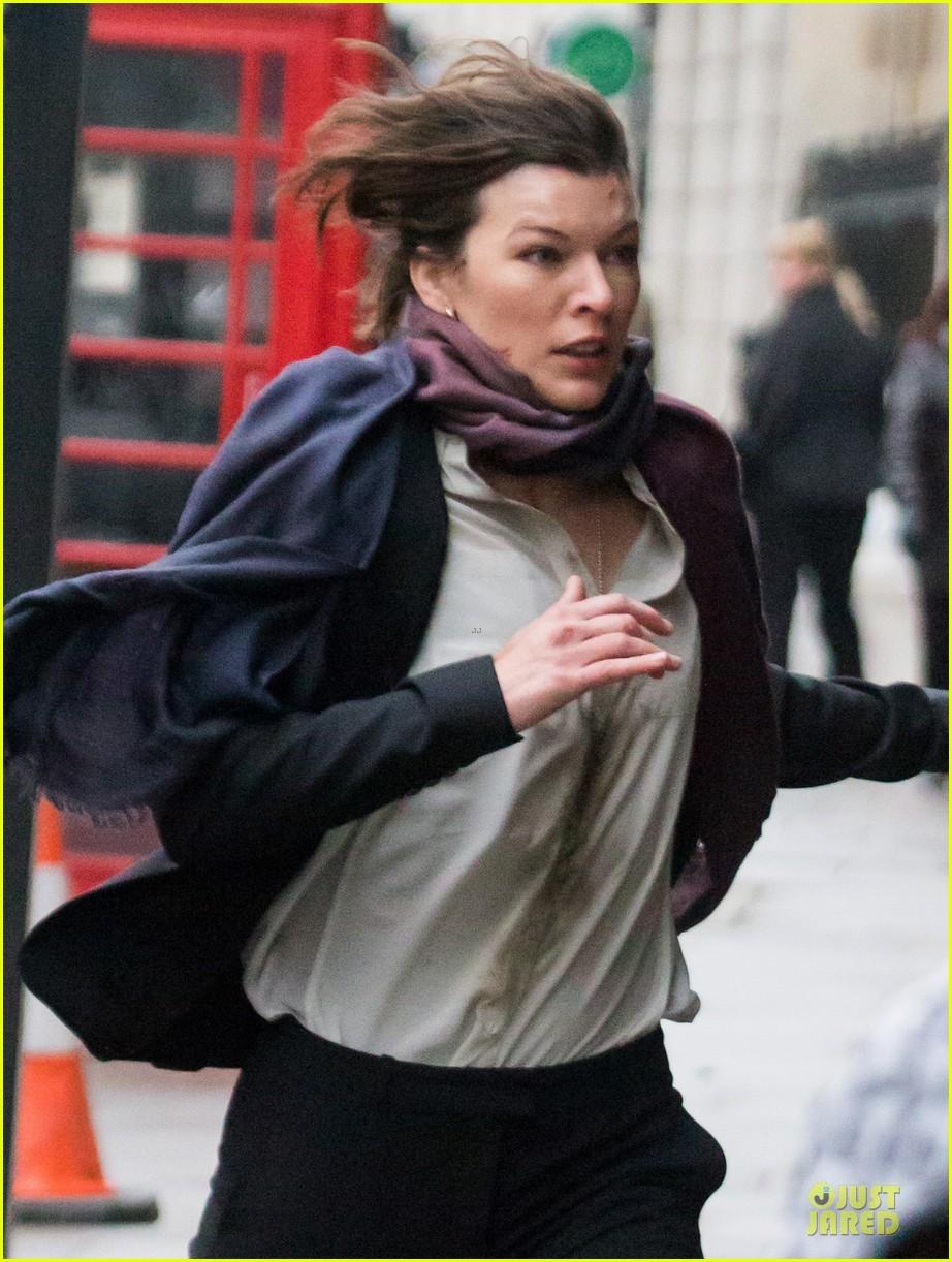 milla jovovich bloody running scenes for survivor 093040071