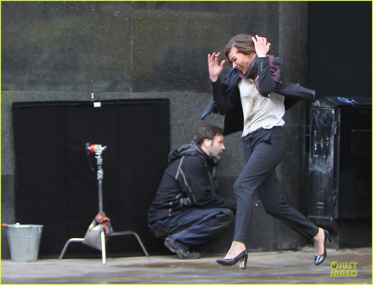 milla jovovich bloody running scenes for survivor 173040079
