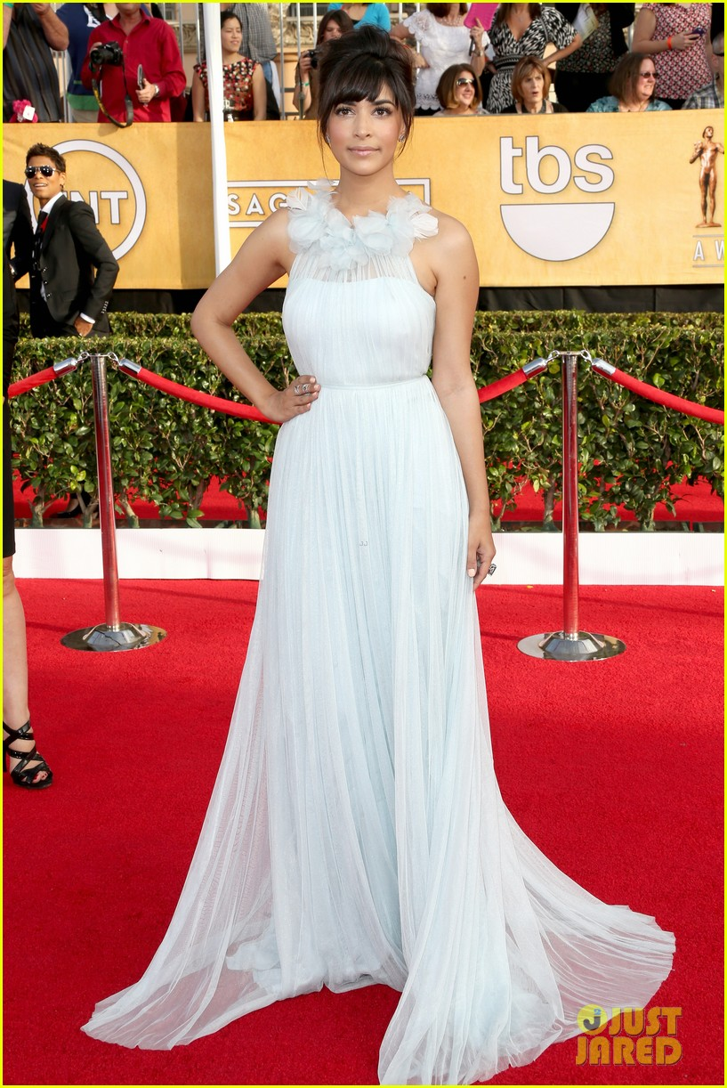 mindy kaling hannah simone sag awards 2014 red carpet 05