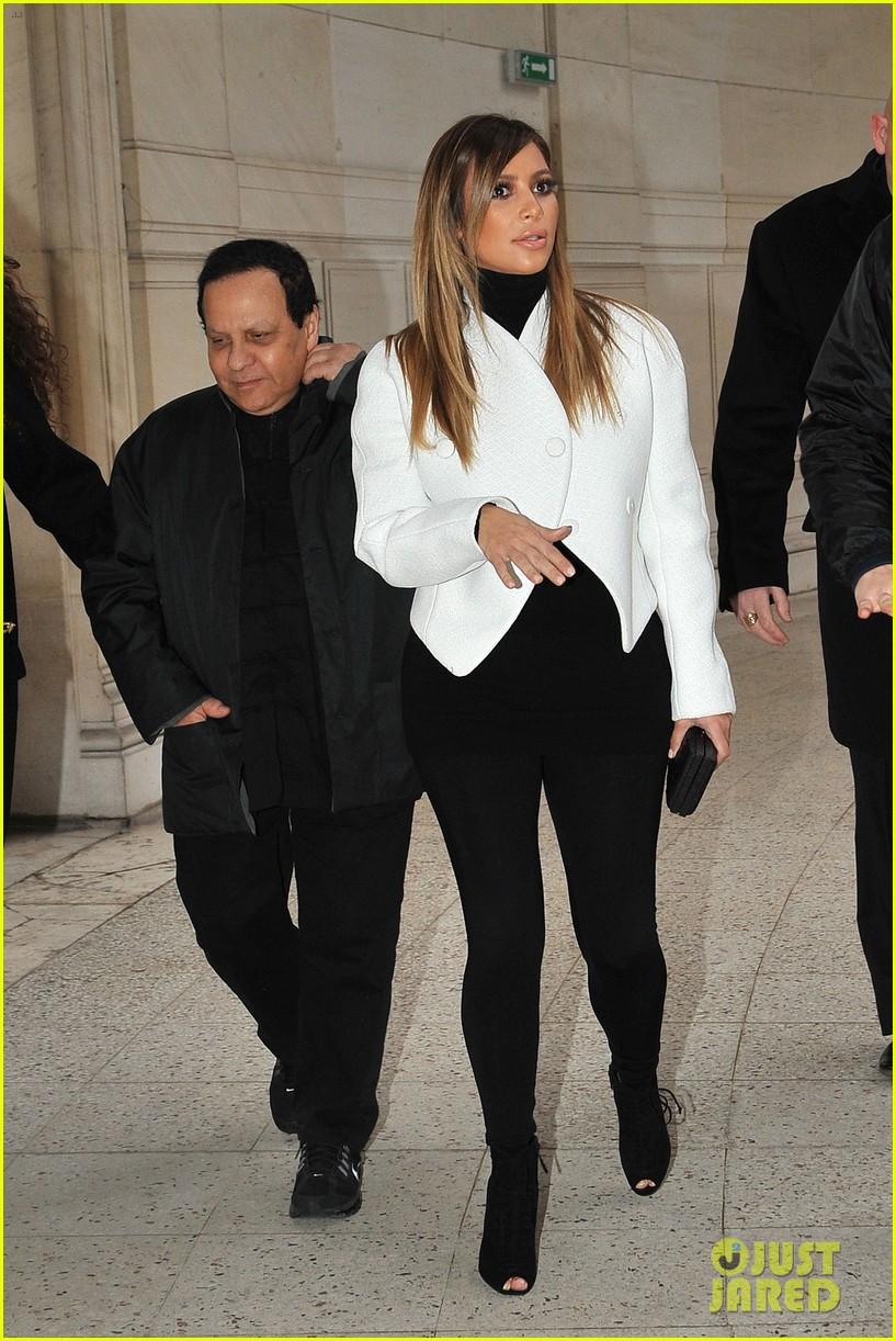 kim kardashian paris museum visits with azzedine alaia 053036941