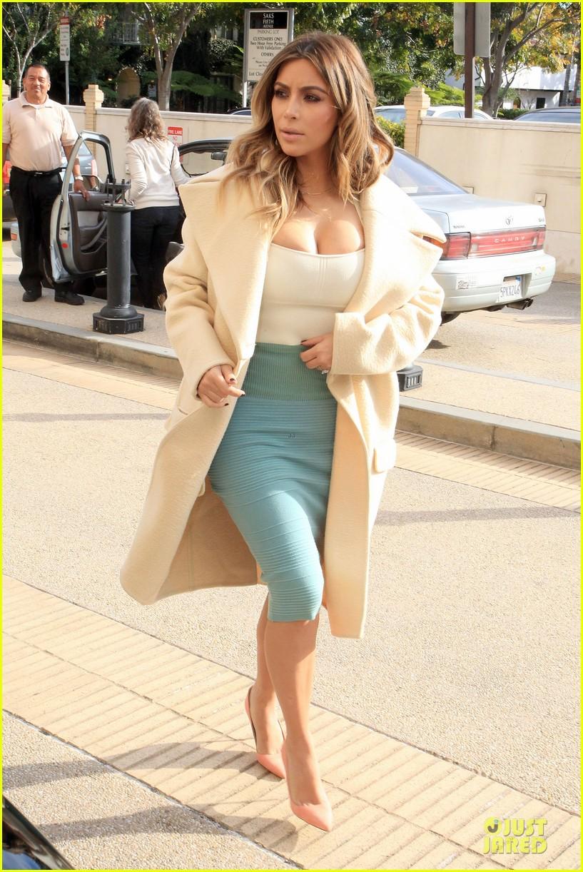 kim kardashian bares cleavage for barneys shopping trip 013023988