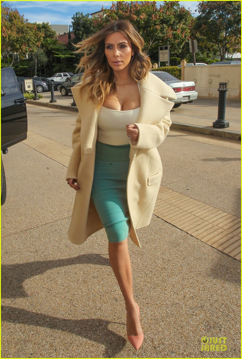 kim kardashian bares cleavage for barneys shopping trip 05