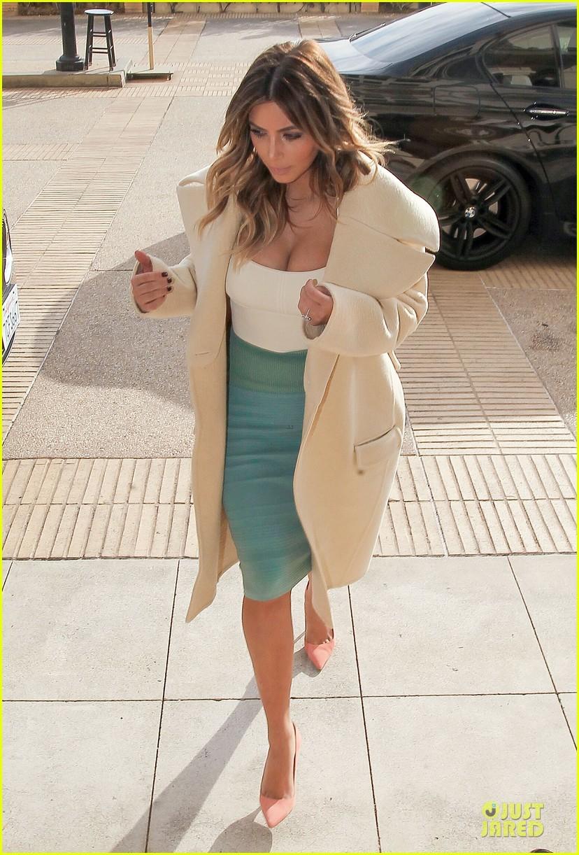kim kardashian bares cleavage for barneys shopping trip 11
