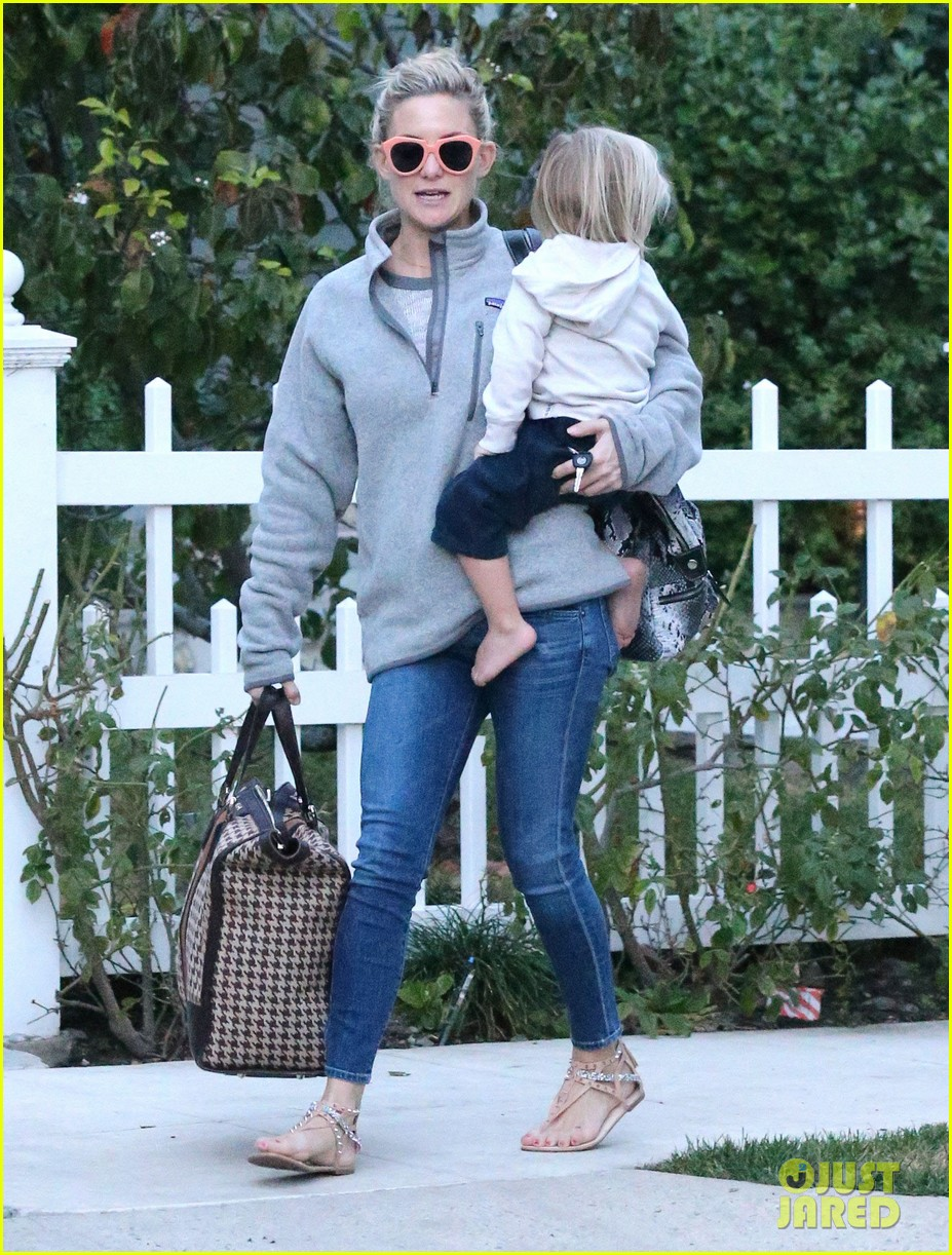kate hudson family day brother oliver house 16