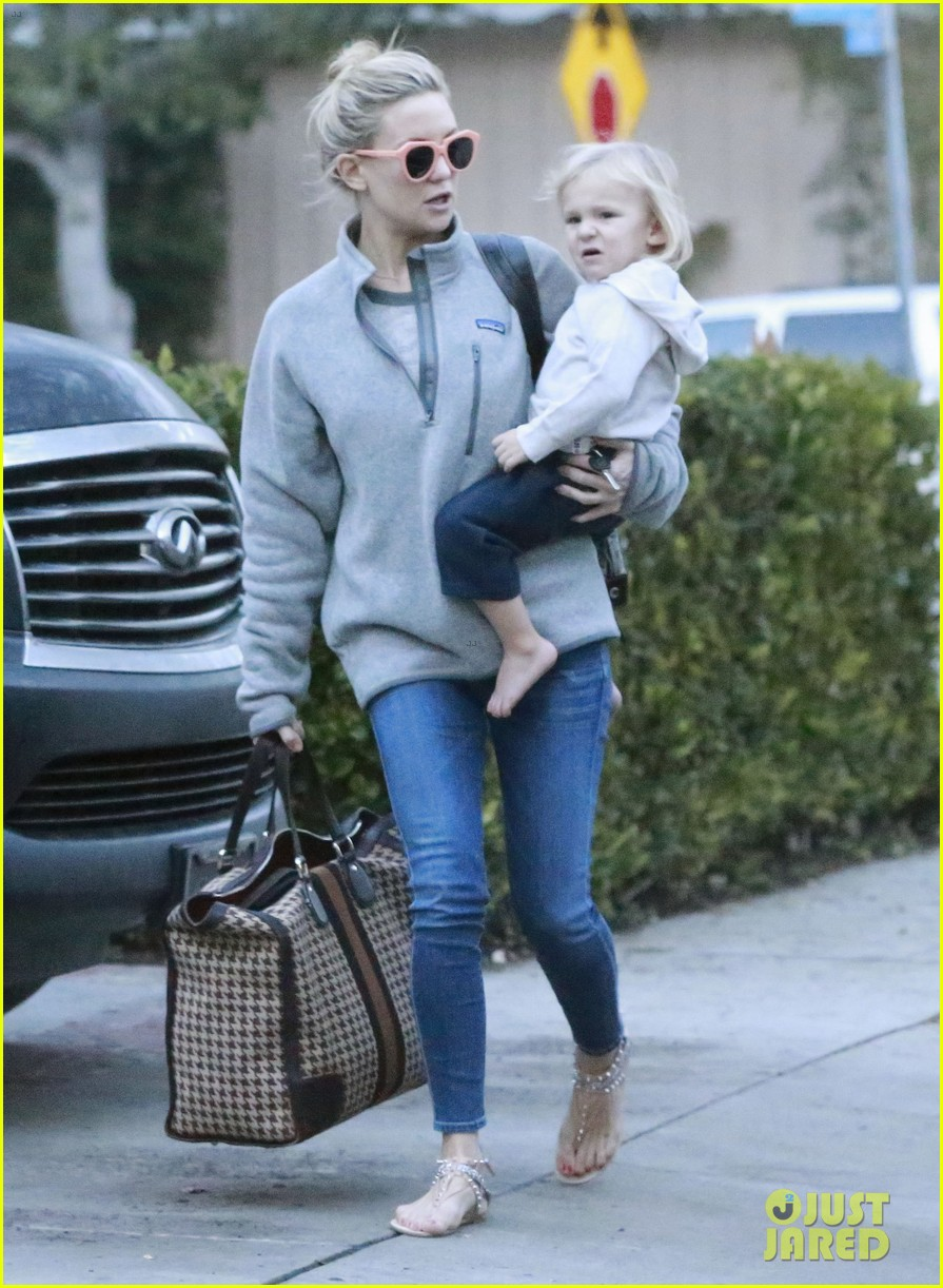 kate hudson family day brother oliver house 233022980