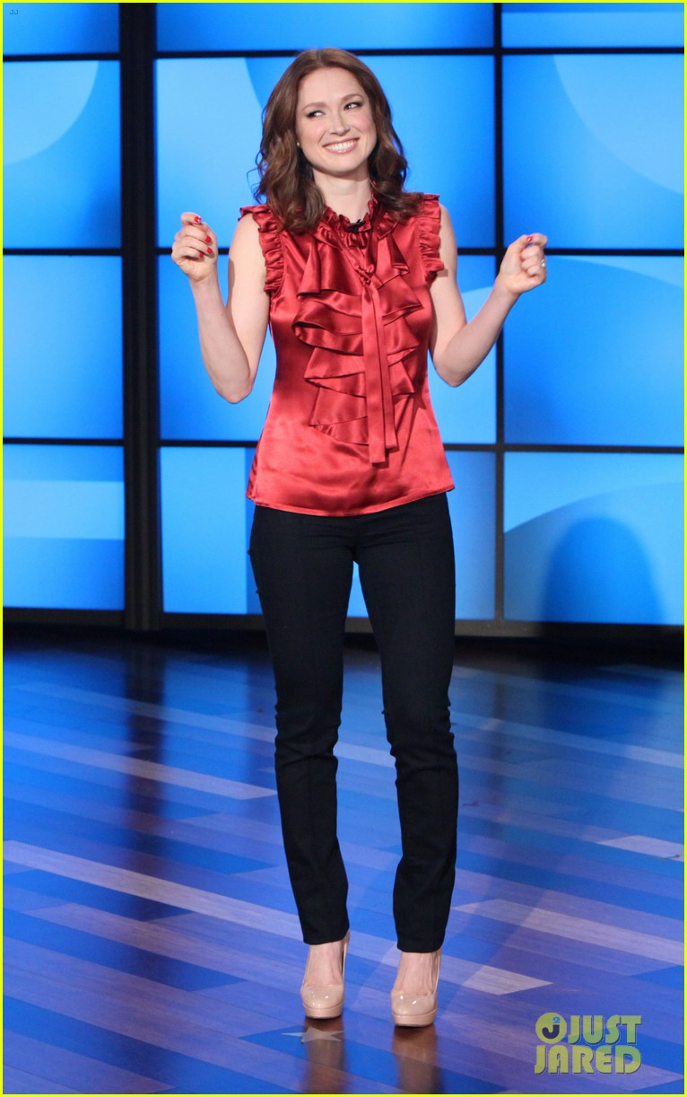 ellie kemper fills in for ellen degeneres as talk show host 023038823