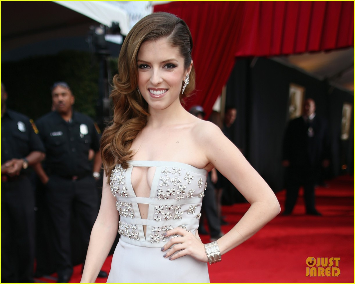 anna kendrick grammys 2014 red carpet 02