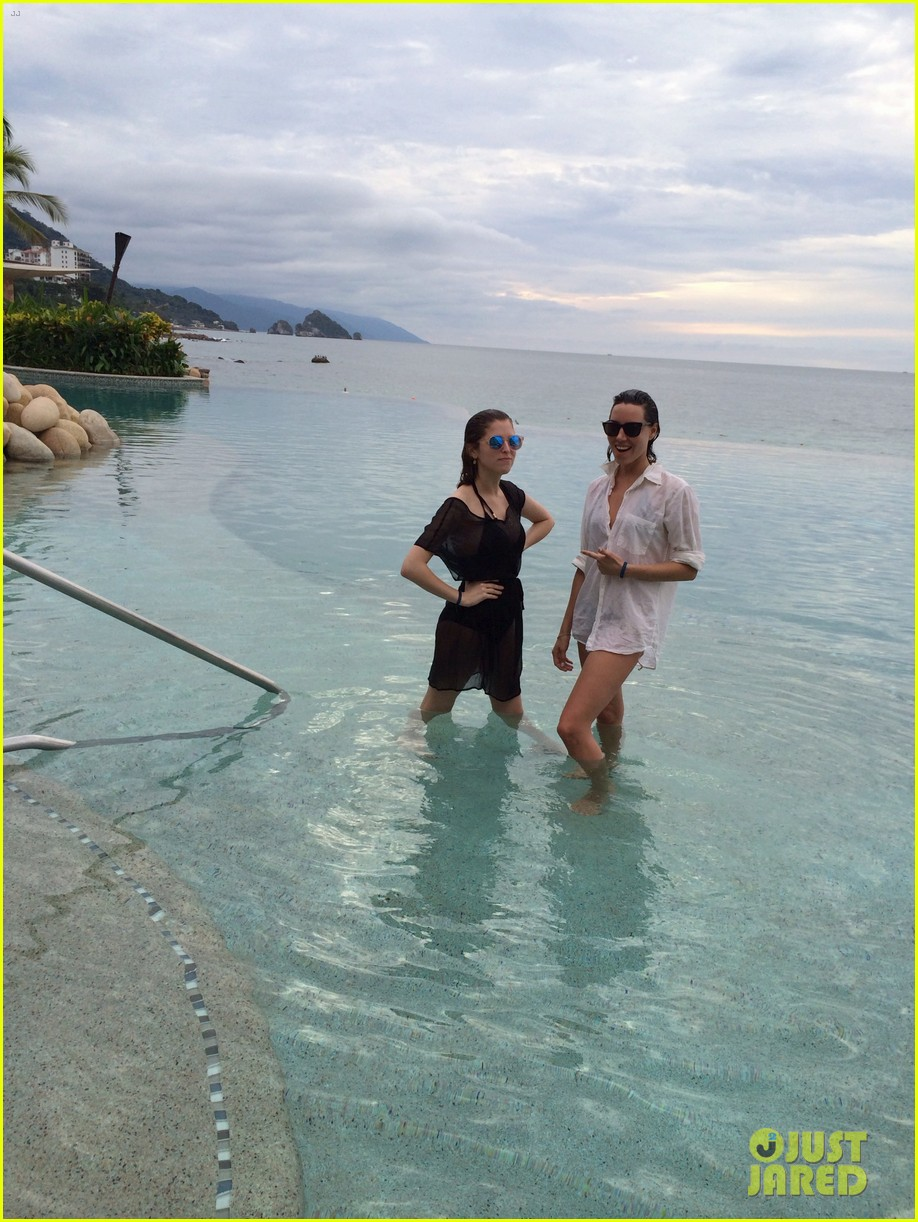anna kendrick aubrey plaza mexico vacation photos 04