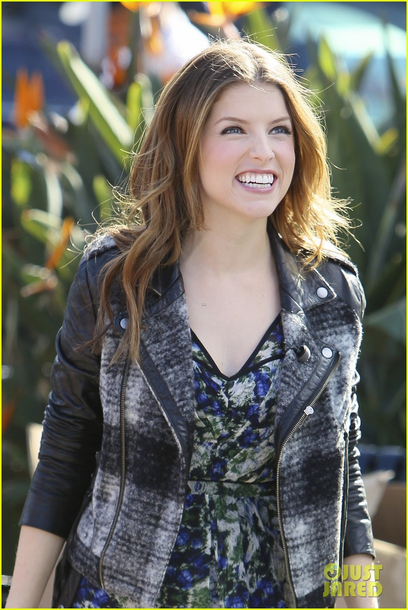 anna kendricks non super bowl commercial for new castle beer 023043804