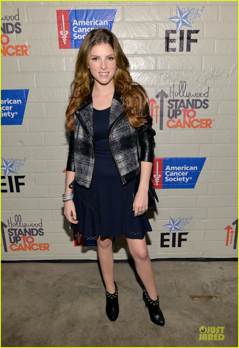 anna kendrick emma roberts all legs at stand up to cancer event 013043275