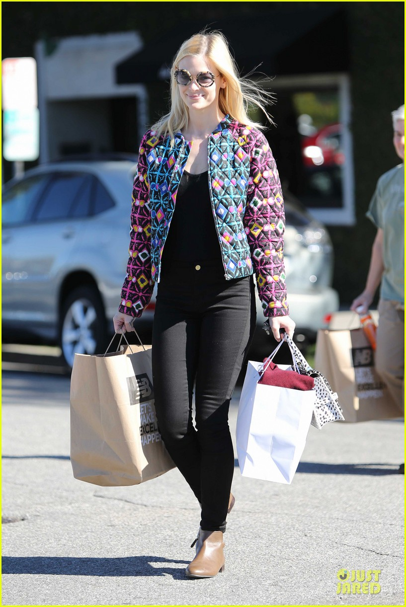 jaime king family lunch after friday gifting suite stop 09