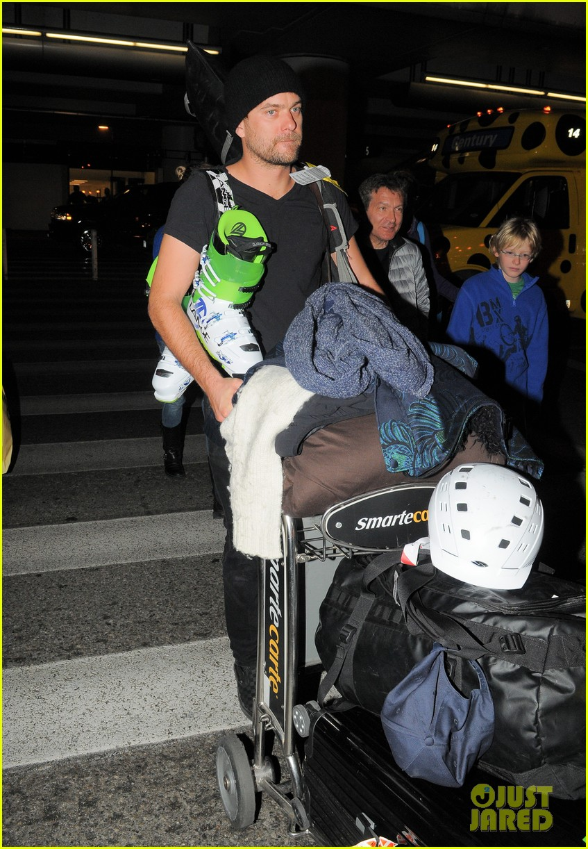 diane kruger joshua jackson arrive at lax after skiing in park city 043037544
