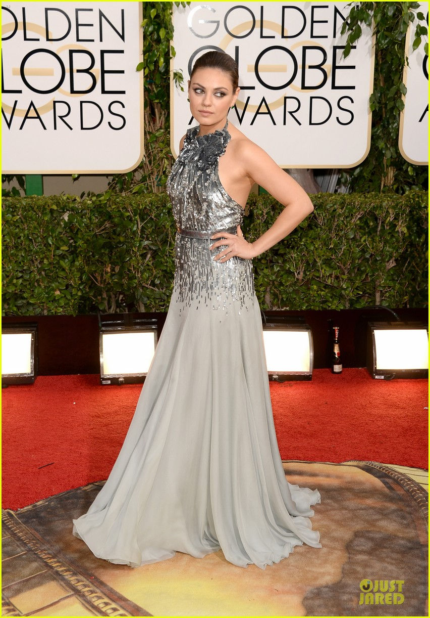 mila kunis golden globes 2014 red carpet 013029339